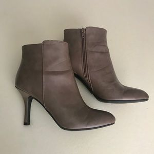 CL by Laundry. Ankle Boots, Taupe 7M